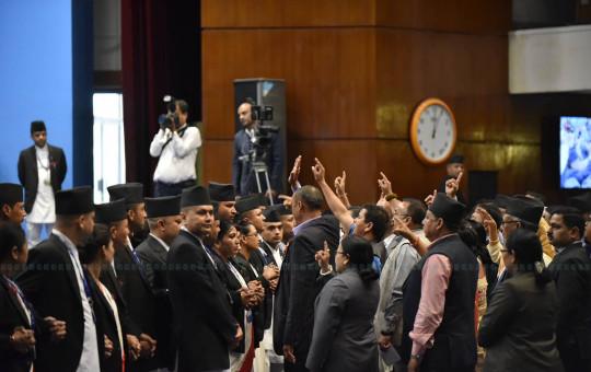 संसदमा नाराबाजी गर्दै कांग्रेस सांसद। तस्बिर : नारायण महर्जन/सेतोपाटी