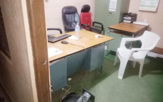 तोडफोड गरिएको नगरपालिकाको कम्प्युटर।