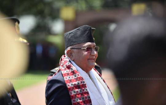 ९ दिनपछि स्वदेश फर्किएका प्रधानमन्त्री केपी शर्मा ओली। उनी स्वास्थ्य  उपचारका लागि गत साउन १८ गते सिंगापुरमा प्रस्थान गरेका थिए। तस्बिर : नारायण महर्जन/सेतोपाटी