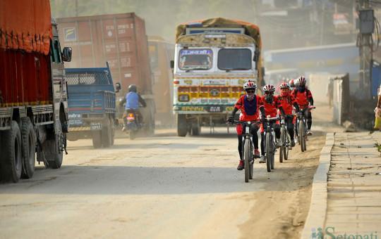 काठमाडौंका सडकमा साइकल र पैदलयात्रुलाई सुरक्षित बाटो खोइ? तस्बिर: नारायण महर्जन/सेतोपाटी