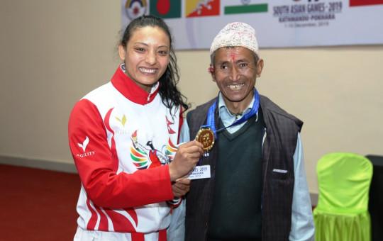 करातेकी स्वर्ण विजेता सुनिता महर्जन बुवा नाती महर्जनसँग। फाइल तस्बिर।