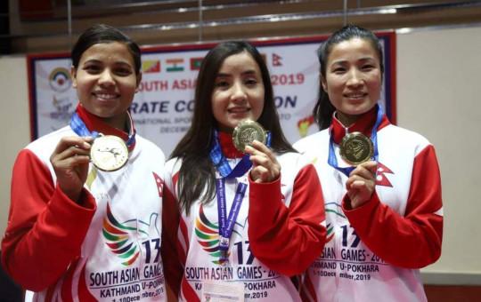 करातेको टिम काताका स्वर्ण विजेता निर्मला तामाङ, संगिता मगर र सरु कार्की ।
